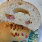 ラ ブリオッシュ - 生地にベーコンを練りこみチーズをトッピングしイタリアのシチリア島のトラパニ岩塩で仕上げた香ばしいパンです。