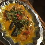アンゴン - 海老のココナッツカレー炒め煮、フランスパン1380円