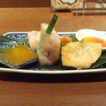 アジアン麺茶 - 人気のアジアン小皿三種盛り(海老生春巻き・からあげ・揚げ海老ワンタン)