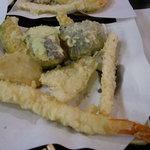 4745386 - 「大エビ天ぷら定食」。ボリューム満点です。揚げたてが一つずつ運ばれてきます。全部揃うまで待ちました(笑)