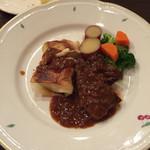 松原亭 - メインティッシュ 牛ステーキ、豚肉のジャガイモ巻?