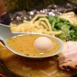 金山家 - 濃厚な豚骨スープ