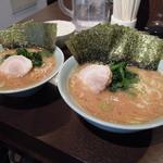 いずみ家 - 【再訪】左:ラーメン並,右:ラーメン中,丼の差が凄い!!!