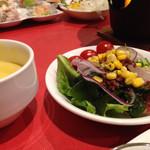 47457061 - サラダバリエーションも豊富、スープはコーンとミネストローネの2種。カレーもありました。