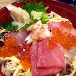 和ビストロ 桂 - ランチタイム10食限定のちらし寿司御膳(950円)。ミニサラダ、味噌汁、茶碗蒸し付き。