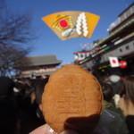 三鳩堂 - 宝蔵門をバックに人形焼