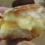 タローパン - クリームパン(クリームの下にさつま金時餡が!)