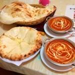 47479747 - バターチキンカレーとナン(プレーンとチーズ)