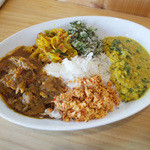 アハサ食堂 - 今週のスリランカプレート。チキンカレー、からし菜とレンズ豆のカレー、長ネギのピリ辛炒め(リークステルダーラ)、ゴトゥコラと水菜のサンボル、ココナッツと唐辛子のふりかけ(ポルサンボル)、ジャスミンライス