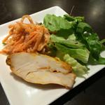 ダニエルズソーレ - ワンコインセット500円税別のおまかせ前菜2種 人参とクルミのサラダ、ロースト肉の盛合せ