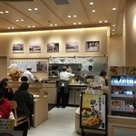 47483643 - この伊藤和四五郎商店はフードコートと言う位置付けながら、他とは独立していて店内に席があるのです