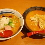 國丸 - 左・土佐カツオ味噌ラーメン   右・北海道百年味噌ラーメン炙りチーズ