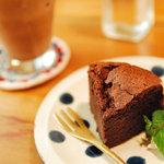 cafe muni - ガトーショコラとシナモンチャイ。