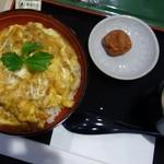47490344 - 鶏かつ丼、梅干とスープがついてきます