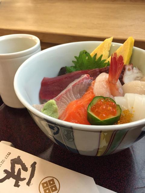 一休寿司 - ちらし丼(お吸い物、小鉢、ミニデザート付き)