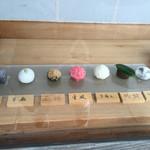 萬御菓子誂處 樫舎 - 外の、入り口の右手に和菓子が並べてあります。