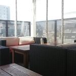 エノテカピッツェリア 神楽坂スタジオーネ - テラスのソファーは広々ゆったり♪