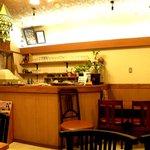メルバニ - 厨房入り口とカウンター