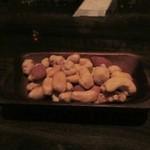 黄昏 -   最初のおつまみはミックスナッツ、此処でどうでも良い疑問。  ピーナッツは正確にはナッツとは言えないと思うんですがなんでナッツなんでしょう?