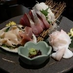 kanzenkoshitsutonikuaburisushiwakura - お造り盛り合わせ。北寄貝の甘さは格別