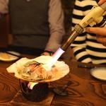 産直屋 たか - 大分県別府産 ハマグリ と 宮城県松島産 牡蠣 の浜焼き(バーナー焼き?)