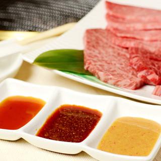 みかく屋自慢の3種のタレがお肉と相性◎