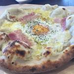 イル リストランテ Farm to the Table なめがた - 半熟卵とベーコンのピッツァ