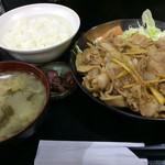 Kashiwaya - 「豚肉生姜焼定食」!             メインには生野菜&マヨネーズ、果物付きです。