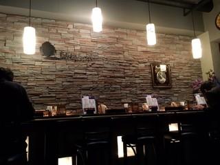 もちもちの木 新宿店 - 薄暗くシックな雰囲気の店内!