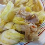 博多ラーメン 膳 - 白菜の甘さとシャキシャキ感、豚バラ肉の脂の甘味が醤油味に合って、とても美味しいです。