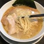 47520479 - 麺は細ストレート!加水控えめのスープの持ち上げが良いタイプの麺だ