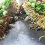 47536597 - 福岡もそうでしたがココの豚ばら肉物凄く分厚い(笑)しっかりカットしてみればもっさりとご飯入ってますね~なんて凄い三重奏♪