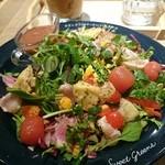 ジェラートピケカフェ - マグロとピーチトマトの菜園ハーブサラダ