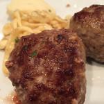 47538172 - メイン料理!ハンバーグと付け合せのドイツパスタとマッシュポテトー!!