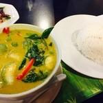 バナナ・ハウス・レストラン - 料理写真:『ゲーン キャオワーン』様(200バーツくらい?)米はもちろんジャスミンライスでかなり固めな味わいがグリーンカレーの甘味とココナッツの香りの良く似合う旨さ!!