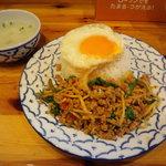タニ キッチン - 鶏肉のバジル炒めご飯