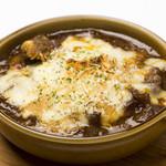 ワインカフェ下北沢 - 牛すじ煮込みのチーズオーブン焼き