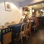 タイ国料理店 イサラ - 店内奥にはカウンター席も