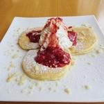 レストランワイキキ - 料理写真:ストロベリー&マカダミアナッツパンケーキ 950円外税 (^^
