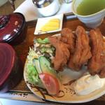 カヌー - 料理写真:いちばん人気らしい唐揚げ定食