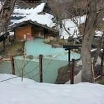 47554354 - 数日前の豪雨と暖冬にてすっかり雪も少ない混浴露天風呂