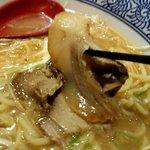 中華そば郷家 - 箸で摘むとほろっと崩れる柔チャーシュ