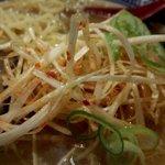 中華そば郷家 天神店 - ネギは少しずつ混ぜて食べるのがいいですね