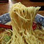 中華そば郷家 - 緩い縮れのある麺