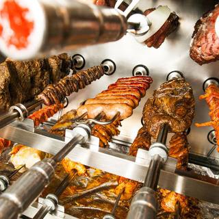 豪快に焼きあげたシュラスコバイキングの食べ放題が大人気!