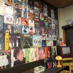 かつひこ - 壁にはレコードジャケットがずらり