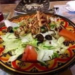 47559984 - シリア料理のお店にきました!                       ファットーシュ★                       店長オススメの野菜サラダ。たっぷりタレがかかっていてとても爽やか!                       きゅうり、トマト、オリーブも入っていました。上に乗っているカリッとしたのもよいアクセントでした。