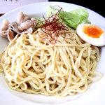 うぜん - 麺。三河屋製麺の、平打ち中太麺。