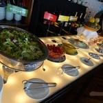 47561223 - 新鮮なサラダ、奥にポテトサラダや黒焼きそばが有ります