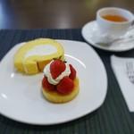 マルナカ菓子店 - 料理写真:ロールケーキ、イチゴのタルト、ロンネフェルトティー